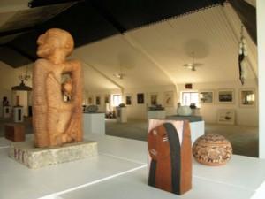 Skulptur og traskaring i hallen